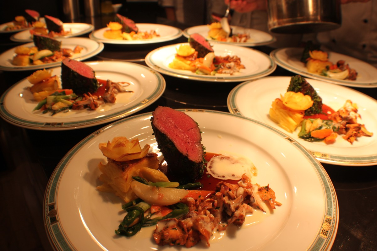 beef sirloin in herbs with chanterelles, vegetables and potato flower