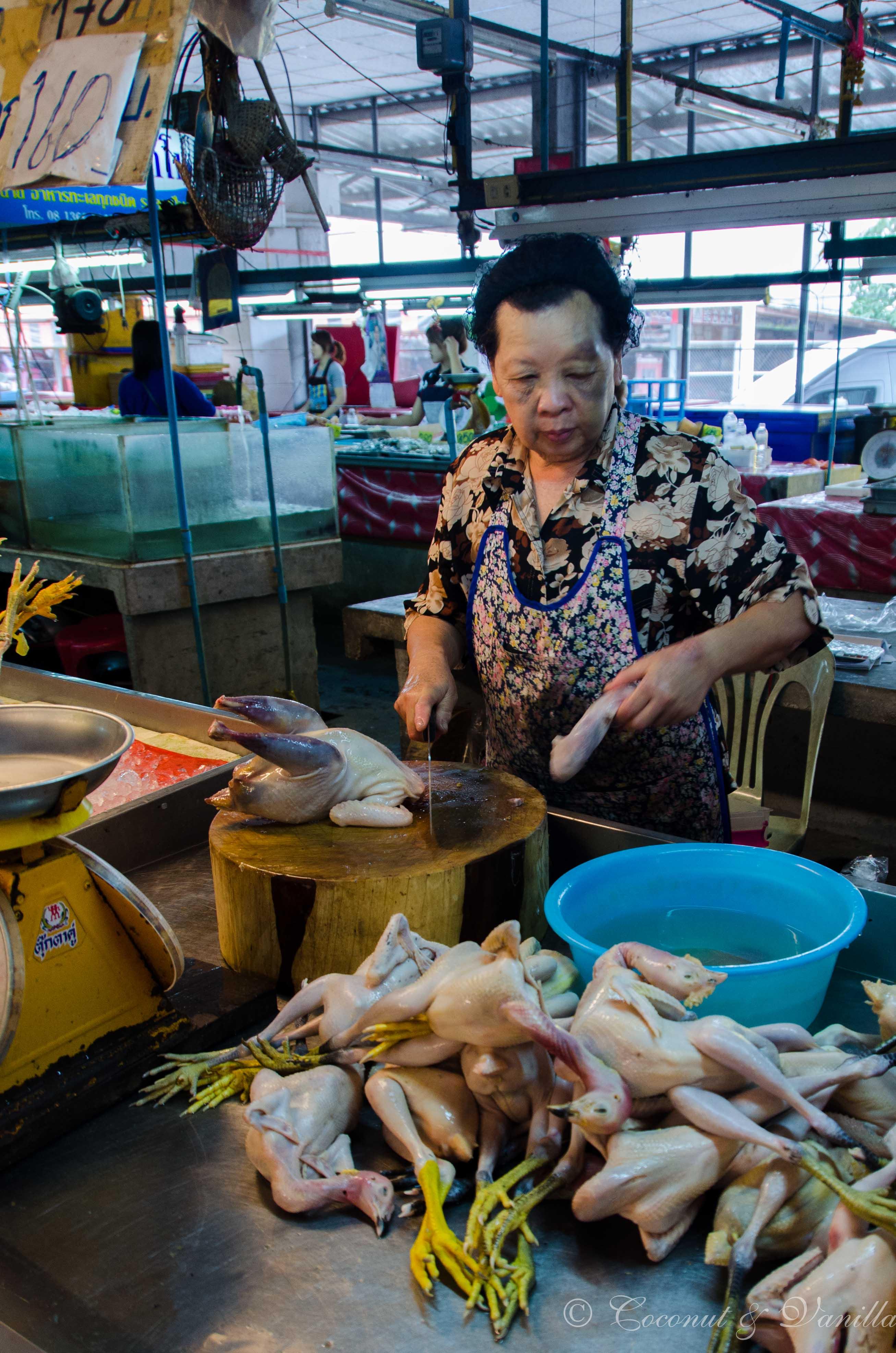 Markt in Chiang Mai Thailand: Hühner by Coconut & Vanilla
