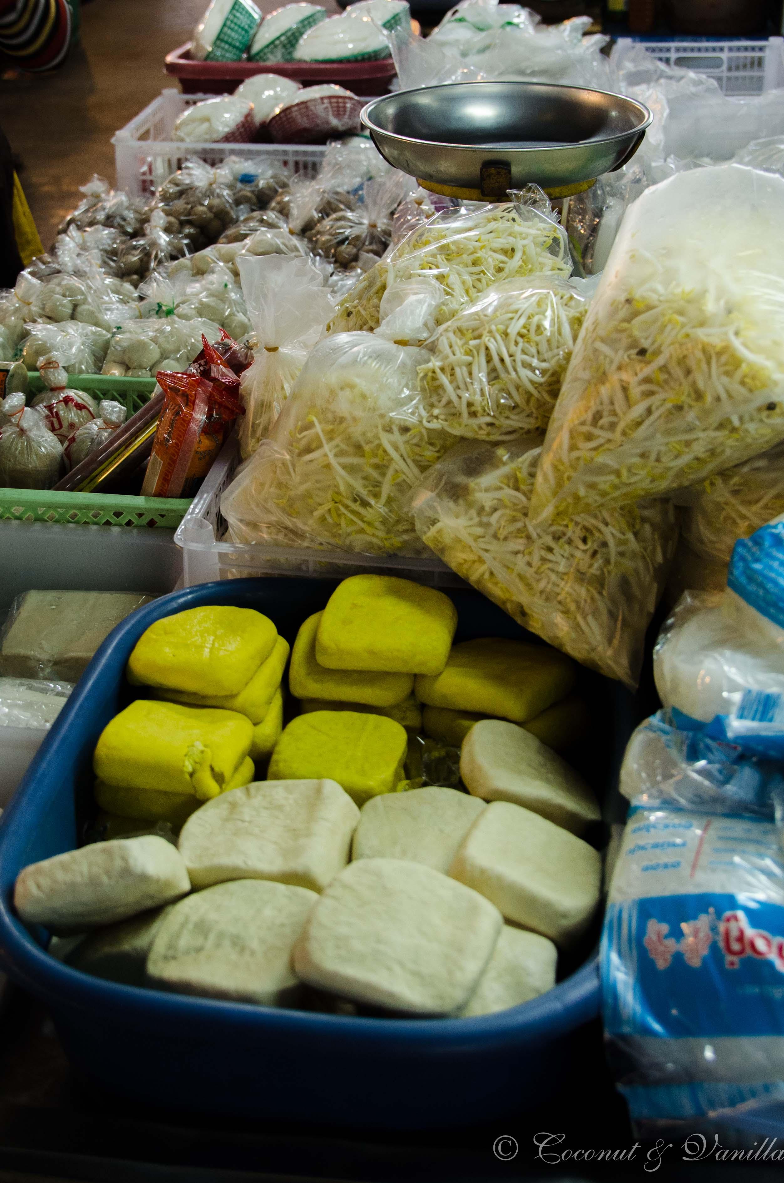 Markt in Chiang Mai Thailand: frischer Tofu by Coconut & Vanilla