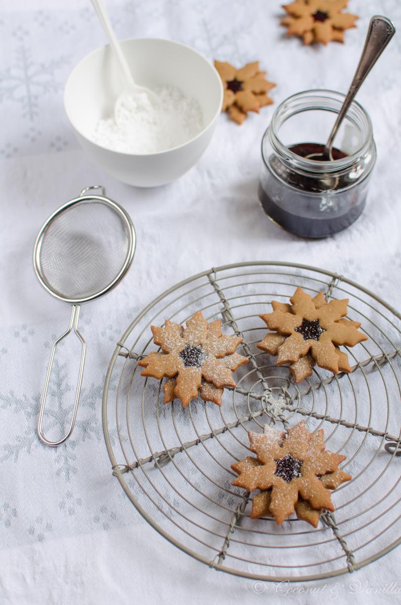 Pfefferkuchen-Schneeflocken mit Johannisbeergelee